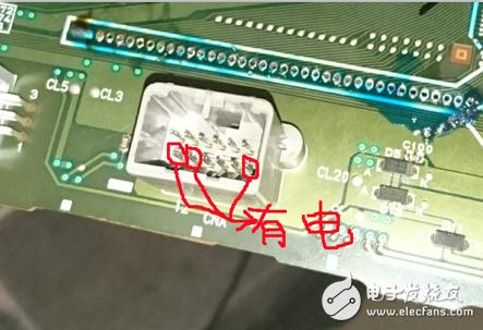 小白一个想学习大家帮忙看下!测量一下汽车仪表电路,请问怎么测量这种插槽电源的正负极?