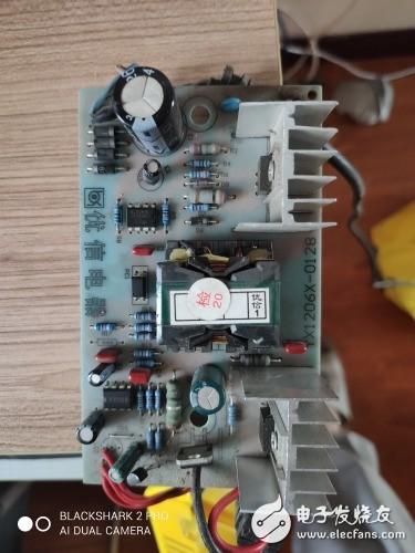 优信6A  12V充电器