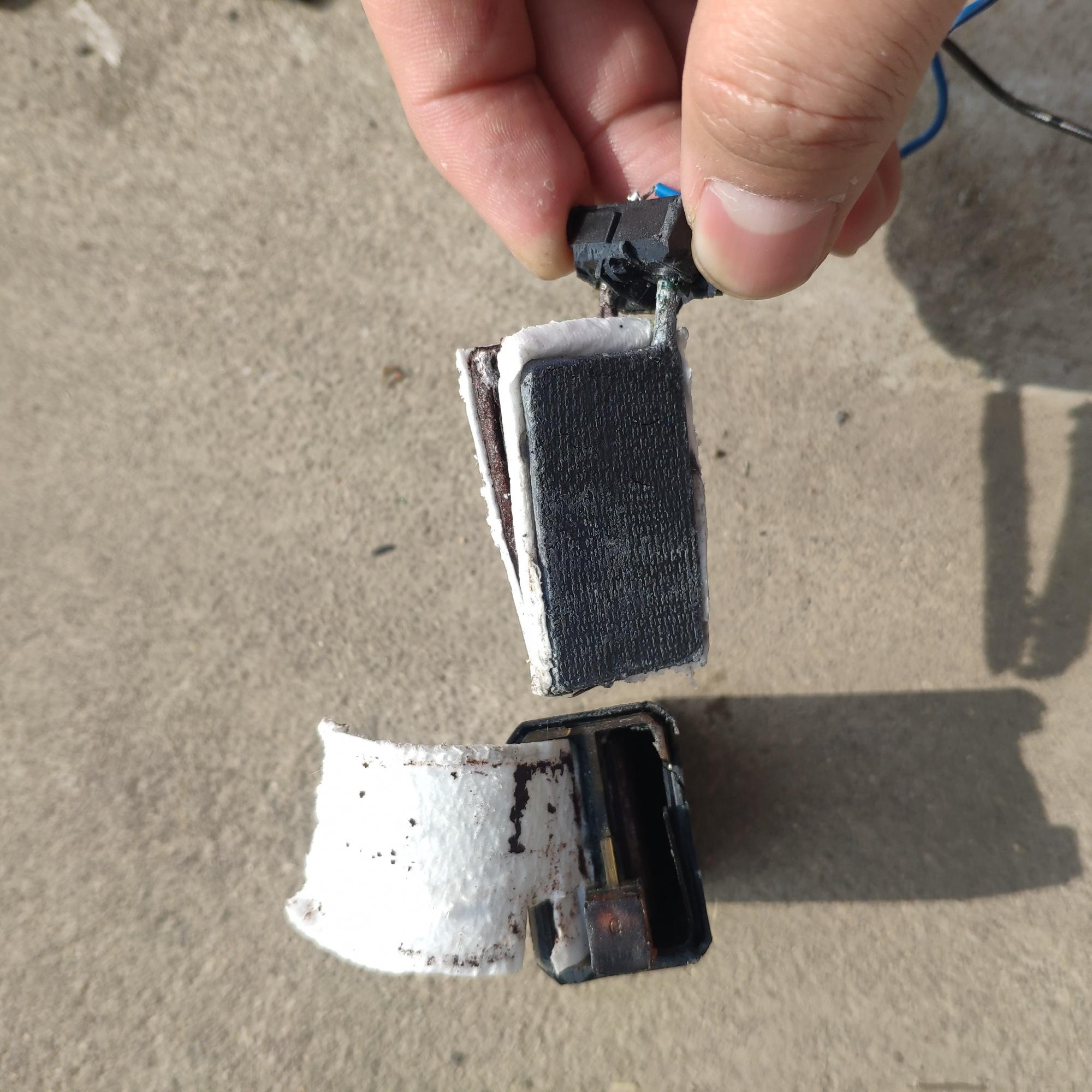 手电筒拆卸下来的一块可充电电池,请问看内部构造是锂电池吗?